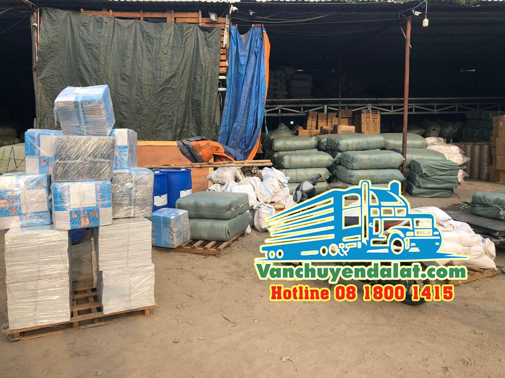 Hàng hóa đang được tập kết tại Kho ở Hà Nội chuẩn bị chuyển đi Đà Lạt